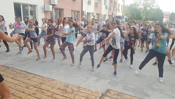 "flash mob Dance to express not to impress""  flashmob în Centrul Craiovei poze"